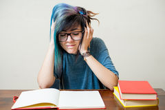 Estudiante adolescente femenino joven cansado con el libro Imagen de archivo