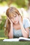 Estudiante adolescente femenino que estudia en parque Imagen de archivo