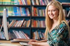 Estudiante adolescente femenino Working At Computer en sala de clase imagen de archivo libre de regalías