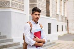 Estudiante adolescente hermoso delante del edificio viejo Foto de archivo libre de regalías