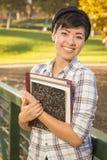 Estudiante adolescente Holding Books de la raza mixta bonita Imágenes de archivo libres de regalías