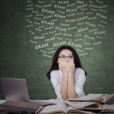 Estudiante adolescente nervioso para hacer frente al examen Foto de archivo libre de regalías