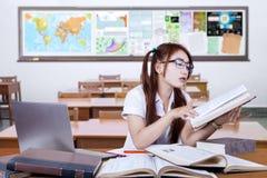 Estudiante adolescente que estudia en clase seriamente Imagen de archivo libre de regalías