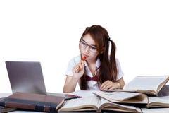 Estudiante adolescente que hace el schoolwork Fotografía de archivo