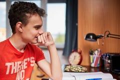 Estudiante adolescente que hace la preparación Foto de archivo libre de regalías