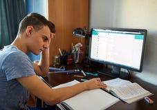 Estudiante adolescente que hace la preparación Fotos de archivo libres de regalías