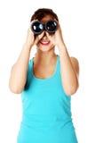 Estudiante adolescente que mira a través de los prismáticos. Fotos de archivo libres de regalías