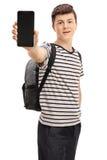 Estudiante adolescente que muestra un teléfono a la cámara Imágenes de archivo libres de regalías