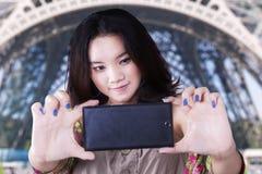 Estudiante adolescente que toma un selfie en París Foto de archivo
