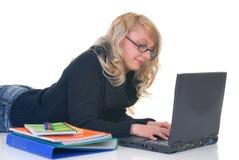 Estudiante adolescente que trabaja en la computadora portátil Fotos de archivo