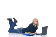Estudiante adolescente que trabaja en la computadora portátil Fotografía de archivo libre de regalías