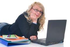 Estudiante adolescente que trabaja en la computadora portátil Foto de archivo libre de regalías