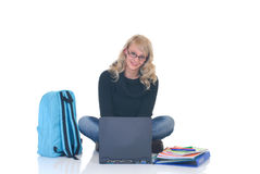 Estudiante adolescente que trabaja en la computadora portátil Imagen de archivo