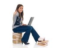 Estudiante adolescente que trabaja en la computadora portátil Imagenes de archivo