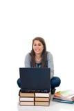 Estudiante adolescente que trabaja en la computadora portátil Imagen de archivo libre de regalías