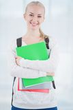 Estudiante adolescente sonriente con las carpetas Imagen de archivo libre de regalías