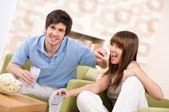 Estudiante - adolescentes felices que miran la televisión Fotos de archivo
