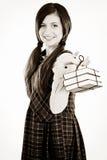 Estudiante adorable feliz que sostiene una pila de libros Imagen de archivo