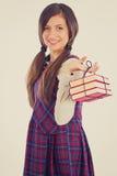 Estudiante adorable feliz que sostiene una pila de libros Foto de archivo libre de regalías