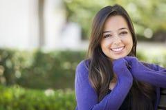 Estudiante adorable Portrait de la raza mixta en campus de la escuela Imágenes de archivo libres de regalías