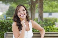Estudiante adulto joven en banco al aire libre Imagen de archivo