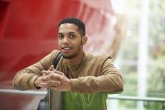 Estudiante adulto masculino joven en el edificio moderno de la universidad Imagen de archivo libre de regalías