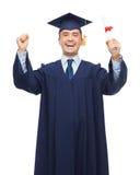 Estudiante adulto sonriente en birrete con el diploma Fotografía de archivo libre de regalías