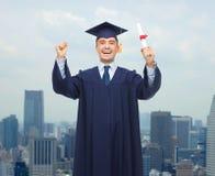Estudiante adulto sonriente en birrete con el diploma Fotografía de archivo