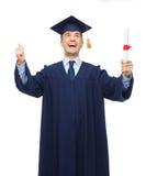 Estudiante adulto sonriente en birrete con el diploma Imagen de archivo libre de regalías
