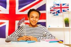 Estudiante africano adolescente con la bandera de Gran Bretaña Foto de archivo libre de regalías