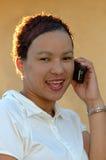 Estudiante africano con el teléfono Imágenes de archivo libres de regalías