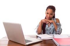 Estudiante africano que trabaja con el ordenador portátil Fotos de archivo