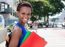 Estudiante afroamericano con el pelo corto en ciudad Fotos de archivo libres de regalías
