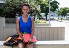 Estudiante afroamericano de risa con el pelo corto Imagenes de archivo
