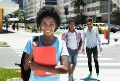 Estudiante afroamericano de risa en la ciudad Foto de archivo