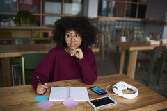 Estudiante afroamericano emocional de la Escuela de Negocios Imagenes de archivo