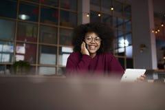 Estudiante afroamericano emocional de la Escuela de Negocios que charla en redes sociales Foto de archivo libre de regalías