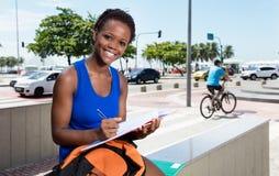 Estudiante afroamericano feliz con el pelo corto Foto de archivo libre de regalías