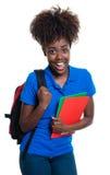 Estudiante afroamericano hermoso con la mochila fotografía de archivo libre de regalías