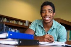 Estudiante afroamericano que tiene problemas con el trabajo de la escuela Fotos de archivo
