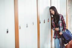 Estudiante agitado que coloca después el armario Imagenes de archivo