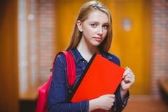 Estudiante agitado que mira la cámara fotografía de archivo