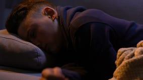 Estudiante agotado que va a dormir, cansado con estudio difícil y lecciones adicionales almacen de video