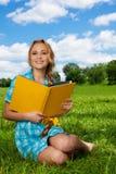 Estudiante agradable en el césped Imagenes de archivo