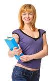 Estudiante agradable que sostiene el libro, sonriendo y mirando la cámara. Fotos de archivo