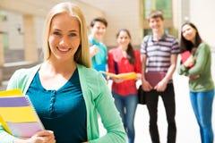 Estudiante al aire libre con sus amigos Foto de archivo libre de regalías