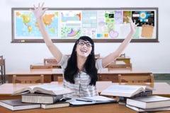 Estudiante alegre con los libros en clase Imagenes de archivo