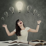 Estudiante alegre debajo de la lámpara Imagenes de archivo