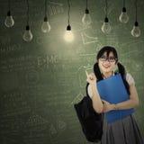 Estudiante alegre que consigue la inspiración brillante Imagenes de archivo