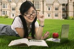 Estudiante amistoso que estudia en el parque Foto de archivo libre de regalías